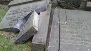 Graven vernield op begraafplaats Delden (foto RTV Oost)